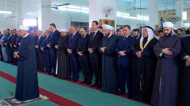 Kemunculan Langka Presiden Suriah Saat Ikut Salat Idul Adha 2