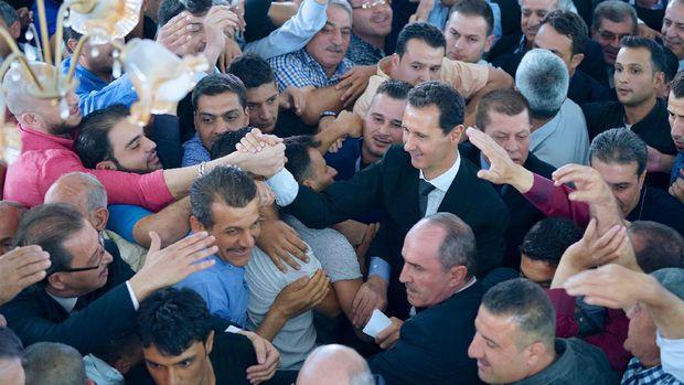 Kemunculan Langka Presiden Suriah Saat Ikut Salat Idul Adha 3